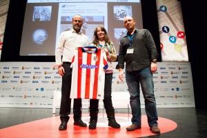 Leandro Pérez y Txema Valenzuela, al clausurar iRedes, entregaron la camiseta a Marta Miranda, @ratamala.
